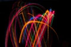 Ίχνη των πολύχρωμων ακτινωτών φω'των που θολώνονται στο Μαύρο Στοκ εικόνα με δικαίωμα ελεύθερης χρήσης
