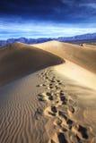 Ίχνη, φρεάτια Stovepipe, κοιλάδα θανάτου στοκ εικόνες