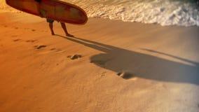 Ίχνη φύλλων Surfer στην παραλία φιλμ μικρού μήκους