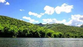 Ίχνη φύσης, όμορφοι ουρανοί, βουνά και ποταμοί απόθεμα βίντεο