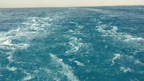 Ίχνη ωκεάνιων και Μεσογείων πίσω από το μεγάλο κρουαζιερόπλοιο Μουντός λόγω του καπνού ρύπανσης από τους σωρούς και τη μηχανή καπ φιλμ μικρού μήκους