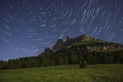 Ίχνη Catinaccio και αστεριών στο σεληνόφωτο, Karerpass - Dolomit Στοκ Φωτογραφίες