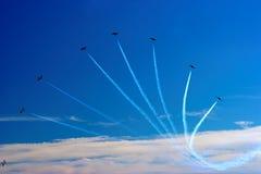 ίχνος αεροπλάνων αεριωθούμενων αεροπλάνων ανεμιστήρων Στοκ φωτογραφία με δικαίωμα ελεύθερης χρήσης