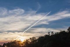 Ίχνος αεροπλάνων αεριωθούμενων αεροπλάνων, τοπίο ηλιοβασιλέματος Στοκ φωτογραφίες με δικαίωμα ελεύθερης χρήσης