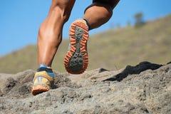 Ίχνος αθλητών που τρέχει στα βουνά στη δύσκολη έκταση στοκ φωτογραφία με δικαίωμα ελεύθερης χρήσης