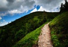 Ίχνος αμμοχάλικου βουνών μέχρι το σύννεφο στοκ εικόνα με δικαίωμα ελεύθερης χρήσης