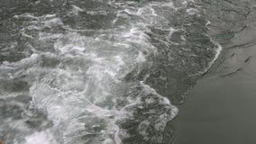 Ίχνος από μια επιπλέουσα βάρκα, σε αργή κίνηση απόθεμα βίντεο