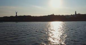 Ίχνος από τη βάρκα στον ποταμό απόθεμα βίντεο