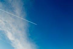 Ίχνος από το αεροπλάνο σε έναν μπλε ηλιόλουστο ουρανό Στοκ Εικόνα