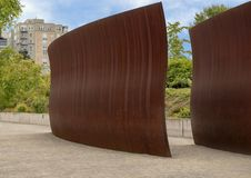 ` Ίχνος ` από το Richard Serra, ολυμπιακό πάρκο γλυπτών, Σιάτλ, Ουάσιγκτον, Ηνωμένες Πολιτείες Στοκ φωτογραφία με δικαίωμα ελεύθερης χρήσης
