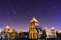 Ίχνος αστεριών πέρα από το κτήριο πόλεων Στοκ Φωτογραφίες