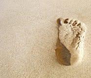 Ίχνος ατόμων στην παραλία άμμου στη Μεσόγειο στοκ εικόνες