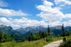 Ίχνος βουνών στο υπόβαθρο των βουνών Tatra στοκ εικόνα