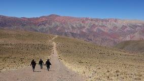 Ίχνος για το ουράνιο τόξο - Cierro 14 λόφος colores/δεκατέσσερα χρώματα - humahuaca, βόρεια της Αργεντινής στοκ φωτογραφία με δικαίωμα ελεύθερης χρήσης