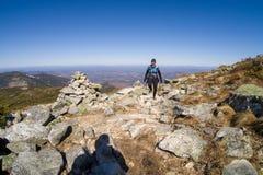 Ίχνος γυναικών που τρέχει στα βουνά Στοκ φωτογραφία με δικαίωμα ελεύθερης χρήσης