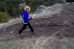 Ίχνος γυναικών που τρέχει στα βουνά Στοκ φωτογραφίες με δικαίωμα ελεύθερης χρήσης