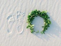 Ίχνος και πράσινο στεφάνι δαφνών στην άσπρη τροπική παραλία άμμου Στοκ Εικόνα