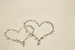 Ίχνος καρδιών στην ακτή άμμου Στοκ φωτογραφία με δικαίωμα ελεύθερης χρήσης