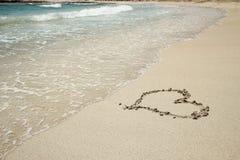 Ίχνος καρδιών στην ακτή άμμου Στοκ Φωτογραφίες