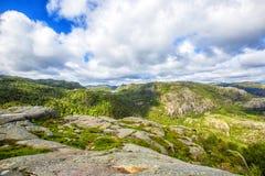 Ίχνος πεζοπορίας και αλπικό τοπίο του Preikestolen Στοκ Φωτογραφία