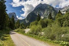 Ίχνος πεζοπορίας μπροστά από το πανόραμα βουνών στοκ φωτογραφία με δικαίωμα ελεύθερης χρήσης