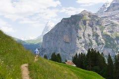 Ίχνος πεζοπορίας στην Ελβετία στοκ εικόνα με δικαίωμα ελεύθερης χρήσης