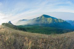 Ίχνος περπατήματος διαδρομών οδοιπορίας τοπίων βουνών στο μέγιστο εθνικό πάρκο τοπίων βουνών με το ίχνος περπατήματος διαδρομών ο Στοκ Φωτογραφίες