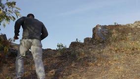ίχνος που τρέχει στα βουνά Αθλητικό άτομο που επάνω το ίχνος χωρών μια ηλιόλουστη ημέρα Μυϊκό τρέξιμο ιχνών δρομέων ατόμων φιλμ μικρού μήκους