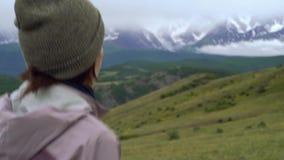 Ίχνος που τρέχει τις νέες γυναίκες στο διαγώνιο τρέξιμο χωρών Δρομείς κοριτσιών που εκπαιδεύουν υπαίθρια στην όμορφη φύση βουνών φιλμ μικρού μήκους