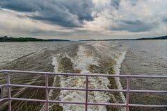 Ίχνος στο νερό στην μπλε θάλασσα στο Manaus, Βραζιλία Παραλία στον ορίζοντα στο νεφελώδη ουρανό Ανακάλυψη και περιπέτεια Wanderlu Στοκ εικόνες με δικαίωμα ελεύθερης χρήσης