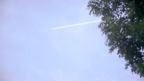Ίχνος του αεροπλάνου στον ουρανό απόθεμα βίντεο