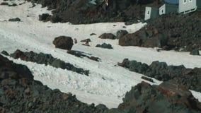 Ίχνος φλόγας τουριστών αλπινιστών τυχοδιωκτών στη χιονώδη βουνοπλαγιά ύψους φιλμ μικρού μήκους