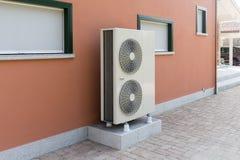 Αέρας αντλιών θερμότητας - νερό για τη θέρμανση ενός κατοικημένου σπιτιού στοκ φωτογραφία με δικαίωμα ελεύθερης χρήσης