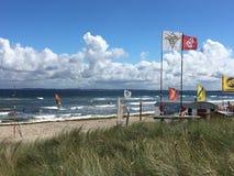 Αέρας, κυματωγή και ήλιος στην ακτή της θάλασσας της Βαλτικής σε Scharbeutz Στοκ εικόνα με δικαίωμα ελεύθερης χρήσης
