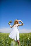 αέρας που απολαμβάνει τη φρέσκια γυναίκα φύσης στοκ φωτογραφία
