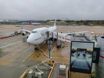 Αέρας Boeing 747 Wamos που προετοιμάζεται για την υπηρεσία σε μια πύλη αερολιμένων στοκ εικόνα