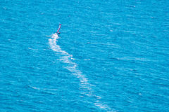 Αέρας surfer στην μπλε θάλασσα Στοκ Φωτογραφίες