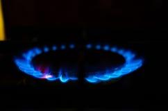 Αέριο φλογών μιας καίγοντας σόμπας στο σκοτάδι Στοκ Εικόνες