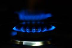 Αέριο φλογών μιας καίγοντας σόμπας στο σκοτάδι Στοκ Εικόνα
