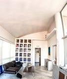 Αίθουσα αναμονής μέσα στο σύγχρονο εσωτερικό γραφείων χρυσή ιδιοκτησία βασικών πλήκτρων επιχειρησιακής έννοιας που φθάνει στον ου Στοκ φωτογραφία με δικαίωμα ελεύθερης χρήσης