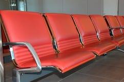 Αίθουσα αναμονής με τα κόκκινα καθίσματα Στοκ Εικόνες