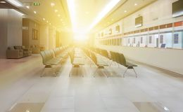Αίθουσα αναμονής νοσοκομείων με τις κενές έδρες ΙΑΤΡΙΚΗ έννοια στοκ εικόνα με δικαίωμα ελεύθερης χρήσης