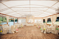 Αίθουσα γαμήλιας τελετής έτοιμη για το ζεύγος και τους φιλοξενουμένους Στοκ φωτογραφία με δικαίωμα ελεύθερης χρήσης