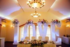 Αίθουσα γαμήλιας τελετής έτοιμη για το ζεύγος και τους φιλοξενουμένους Στοκ εικόνα με δικαίωμα ελεύθερης χρήσης