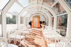 Αίθουσα γαμήλιας τελετής έτοιμη για το φεγγίτη ζευγών και φιλοξενουμένων Στοκ φωτογραφίες με δικαίωμα ελεύθερης χρήσης