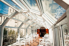 Αίθουσα γαμήλιας τελετής έτοιμη για το φεγγίτη ζευγών και φιλοξενουμένων Στοκ Εικόνες