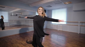 Αίθουσα για το χορό Μια γυναίκα σε μια καλή διάθεση Προετοιμάζει το χορό Ο χορός είναι ένα χόμπι για την Προσπαθεί να κάνει το στ απόθεμα βίντεο