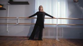 Αίθουσα για το χορό Μια γυναίκα σε μια καλή διάθεση στη μηχανή μπαλέτου Ζύμωσε Κάνει τις βασικές μετακινήσεις για τα πόδια απόθεμα βίντεο
