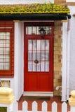 Αίθουσα εισόδων με μια κόκκινη πόρτα στοκ φωτογραφία με δικαίωμα ελεύθερης χρήσης