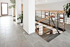 Αίθουσα εισόδων με τη σκάλα Στοκ φωτογραφίες με δικαίωμα ελεύθερης χρήσης